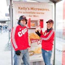 This is a very surprising campaign. To promote the Kellys french fries microwave-baked, they transform a bus shelter, integrating a microwave, allowing for the distribution of free hot samples.