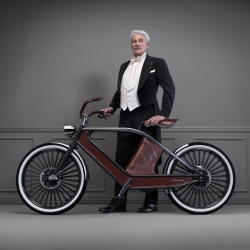 Cykno, an electric bicycle upholstered with fine leather. It is the brainchild of Bruno Greppi, Luca Scopel, Gianpietro Vigorelli and Riccardo Lorenzini. It is light (weighing only 26 kg) and strictly Italian.