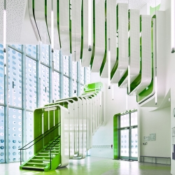 L'École Polyvalente Claude Bernard Primary School shows how color, light, and depths, can help children respond better to their environment.