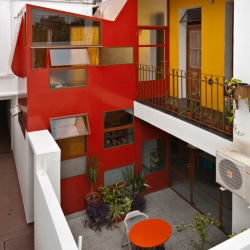 "Houses in ""PH"" Condominium in Buenos Aires are usually aligned in a very long and narrow lot, connected through a corridor. This house is one of them, designed by Pop-Arq."