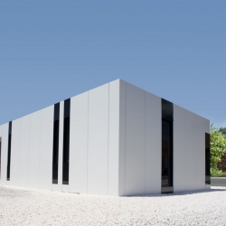 A-cero presents its new modular show house in A Coruña, it is a combination of black glass with panels of white aluminium Larson composite.