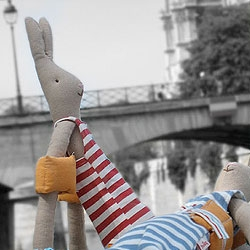 Wonderful springtime in Paris - The story of 2 Maileg rabbits in there swimsuits... yes yes... taking a break by the river Seine. Text in danish, but google translation helps!