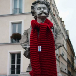 "The french brand Golden Hook relies on a great concept : ""Our grannies knit your creations"". To promote their new range of scarves, they hide them in the center of Paris."