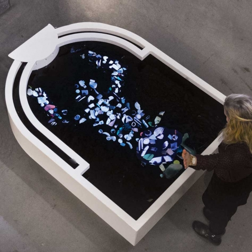 Plastic Reflectic is an interactive installation by Thijs Biersteker that let's its spectators reflect on their plastic use by turning them into ocean plastics. 670 pieces of ocean plastic can float up to reflect you in the installation.