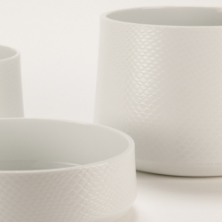 'Enmeshed With' is a porcelain bowl-set made with a special glazing technique. Every single piece is unique, with an individualized tactile skin that is pleasant to touch.