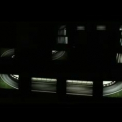 A F1 screensaver simulates a track. Made with 15 synchronized monitors.