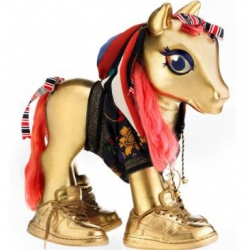 My little Pony is celebrating its 25th anniversary and for the occasion Hasbro invited some great artists to customize their famous character. Claw Money added some bling and sneakers to the pony. Love it!
