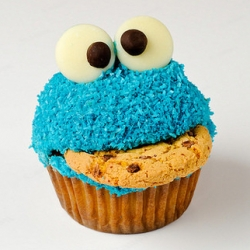 Very very cool cookie monster cupcake! From nick_d's flickr ~ the next image of smashed cookies in his mouth is awesome