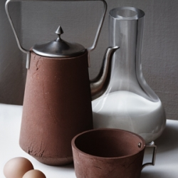 We totally felt in love with Polderceramics from Atelier NL . The series was made in the region Noordoostpolder. The overriding principal behind was to keep the symbiosis between object and origin as pure and integral as possible.