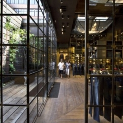 Replay's storefront on Passeig de Gràcia in Barcelona now hosts a vertical garden thanks to Swedish landscape architect Michael Hellgren of Vertical Garden, in collaboration with interior architect Roberto Baccioni of Studio 10.