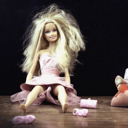 At her 5oth anniversary, Barbie is opening in Barcelona her second shop, the first one in Europe. An exhibition will take place at the end of November. In the picture, Barbie, exhausted and post-party, with Carlota's selected work.