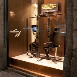 New Technogym worldwide Christmas window: huge virtual gift pack made of polished steel