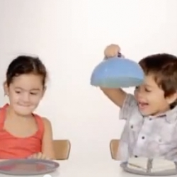 Experimento Comparte - Ad shows how kids react when one finds an empty plate and the other a sandwich. ""