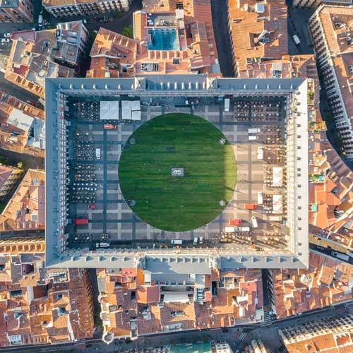 Over 100,000 people met during 4 days in a natural grass circle of 70m of diameter installed in the center of Plaza Mayor in Madrid-Spain, by SpY.