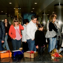 Spanair, a spanish airline surprises its passengers with Christmas gifts. By Shackelton.