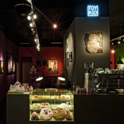 Toykio just opened in Düsseldorf ! - a cafe and a gallery for Urban Art with Banksy, Flat White, Shepard Fairey, designer toys, marshmallow cupcakes, and handmade croissants... all in one place.