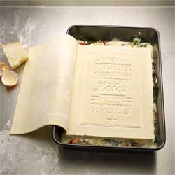 The first and only Cookbook you can actually read, cook and eat. Made out of 100% fresh pasta it can be opened, filled with ingredients and finally be cooked. Lovely pilot project for the Gerstenberg Publishing House.