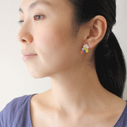 mag_net_ic earrings from Akiko Oue consist of two pierced earrings and a series of magnetic pieces which can be used to customize the series.