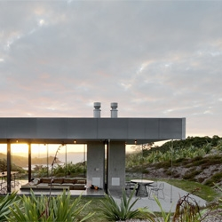 Fearon Hay's Island Retreat consists of an arrangement of freestanding structures around a sheltered central courtyard rests in a saddle above Matiatia Bay.