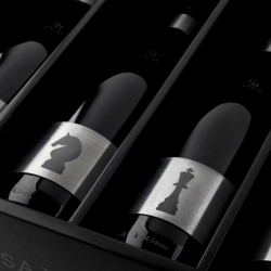 Stainless steel wine labels from Grantipo for Cuatro Almas that look beautiful and held keep the bottles at the correct temperature.