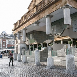 """Take my lightning but don't steal my thunder"", Alex Chinneck's optical illusion that makes a building in Covent Garden look as though it floats."