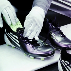 For the soccer world cup in South Africa, Adidas unveiled today their brand new boots, F50 adizero, which are the lightest boots of the brand. Focus on the fabrication process.