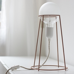 Agraffé, the essential wire table lamp created by Italian designer Giulia Agnoletto.