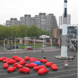 Henk Hofstra returns to Rotterdam in the Netherlands for a new piece, Carcreditcrisis. Live from Ahoysquare, Henk spread and painted twenty cars, one in blue and nineteen in red to symbolize the worldwide credit crisis.