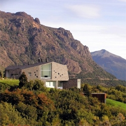 Alric Galindez recently completed this beautiful house that blends with the spectacular landscape of southern Argentina.