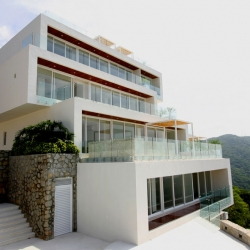 Residencial Alviento is a great building of a seven apartment building constructed on a plot of land located on the top of a mountain that overlooks the Bay of Puerto Marques in Acapulco, Mexico. By Mexican Bunker Arquitectura.