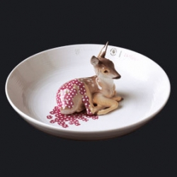 'the authority on contemporary tableware', Vessel,  or more specifically Hella Jongerius has created bowls with little animals in the center. ever wanted your morning cereal to create a little lake around a fawn, snail or bird?