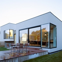 Haus Elise - Austrian architects Synn have completed a house in Vienna with all the living areas oriented towards the garden. Check out more pics and the floor plans at Dezeen!