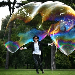 'Bubbleologist', Samsam Bubbleman created the world's largest free-floating bubble