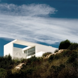 Another beautiful example of portuguese architecture: white volumes under the light, over a natural landscape. By ARX Architects.