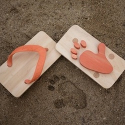Ashiato are wooden animal footprint sandals for kids.