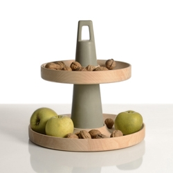 Two ring-shaped wooden plates and a resin cone: pure synthesis for this fruit bowl. By zpstudio.