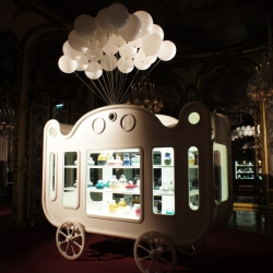 Direction to the sublime BACCARAT showroom and fell in childhood through the world of circus mobile ZOO by Jaime Hayon.