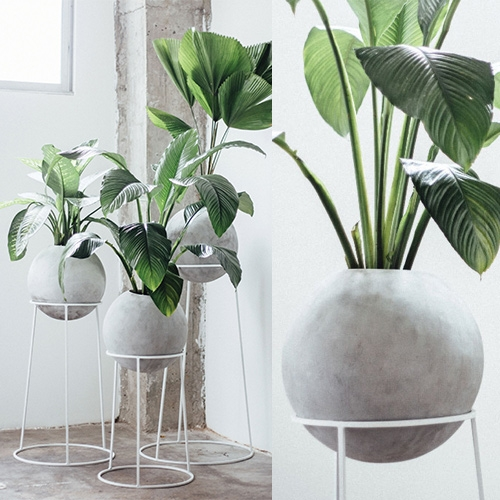 Maceta Piedra Luna by Diamantina & La Perla. Spherical concrete planters on powder coated steel stands.