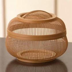 Bamboo craft called Surugadake Sensuji Zaiku (Suruga, Shizuoka-area bamboo craft made with 1000 strips) is one of the most delicate bamboo crafts from Japan.