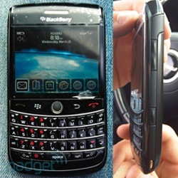 "Blackberry ""Onyx"" in the wild! I want... some pics of this upcoming blackberry over at Engadget"
