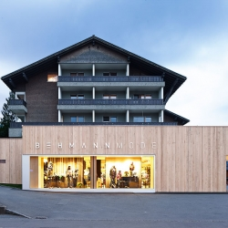 Behmann Mode is located in the small Austrian alp village of Egg. They have renovated and extended their store with the help of Bernardo Bader