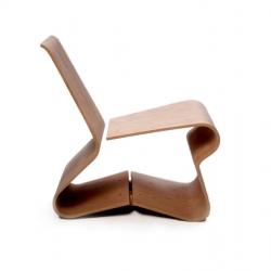 Bends Chair by Alejandro Castelao is made of laminated veneer using the scandinavian wood bending technique. Only two pieces of wood used in production, which minimizes waste.