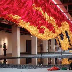 Video in which Benjamin Ball of Ball-Nogues Studio talks about their installation made by suspending 10,000 garments.
