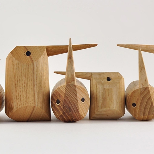 Nuse Design's Corvo, a family of birds turned one on one in three types of wood: walnut, ash and oak. From a simple cylinder and precise cuts, the expressive corvos take shape. Corvo the largest, Tordo the smallest,  Pega right in the middle.