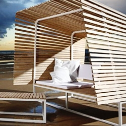 The outdoor collection ILLU by Bleu Nature offers an openwork shelter in natural oak, from French forests. Unvarnished and untreated, the wood laths rest on a white, lacquered stainless steel structure.