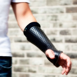 Bones by Pedro Nakazato Andrade, an orthopedic cast with sensors for capturing muscle activity.