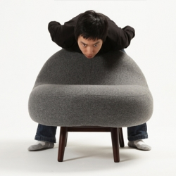 Ja-mi-rang, sleep in Korean. Glamorous comfort on a round cushion. Stretch out your legs. Designed by Bora Kim.