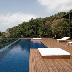 I just love how brazilian architects integrate the interior spaces of their projects into the nature. The Guarujá House by Bernardes Jacobsen does that, and also has a nice pool hanging over the landscape.