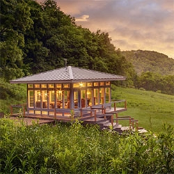 Candlewood Cabins Meadowhouse and Glasshouse in Richland Center, WI look like quite the experience! Norbert and Susan Calnin purchased the 80 acre property in 1981 and have added cabins one by one over the years.