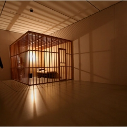 A new exhibit at the MOMA features 365 pictures of artist Tehching Hsieh, taken every day for a year. when he remained locked in this cage without anything to do, not even a toilet. From 1978-1986. It was one of 5 year long experimental art pieces.